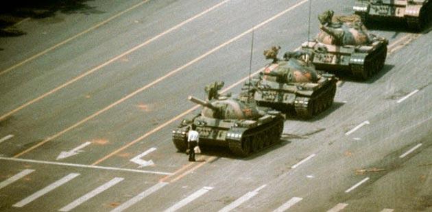 čovjek ispred tenka