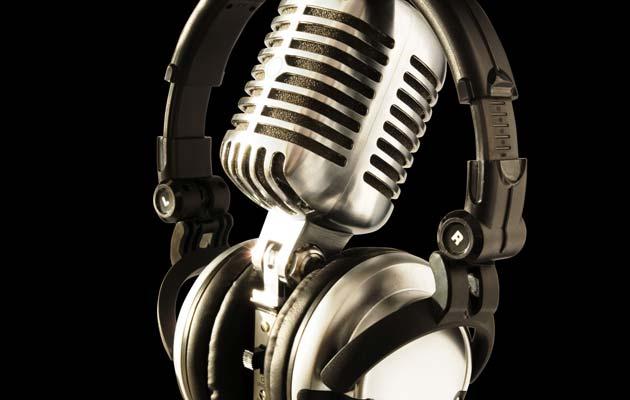 Muzička industrija zaradi oko četiri milijarde dolara prodajom pjesama online, ali izgubiti oko 40 milijarda dolara kroz ilegalni download.