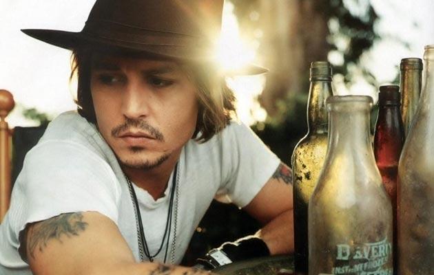 Johnny Depp, koji je poznat po svojim nasumičnim dobrim djelima, kao što je posjeta posjeta školi u Londonu gdje se pojavio obučen kao Jack Sparrow nakon što mu je molbu za ovo poslala u pismu 9-togodišnja djevojčica, jednom je prilikom konobaru ostavio napojnicu od 7.000 dolara.