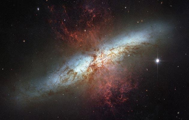 U Messier 82 galaksiji (M82), udaljenoj 12 miliona svjetlosnih godina od Zemlje, nalazi se nepoznati objekat koji emituje radio valove. Još uvijek niko ne zna šta je to, ili zašto se to dešava.