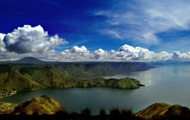 Jezero Toba je podsjetnik na katastrofu koja je dovela čovječansto na rub propasti. Ono je zapravo nulta tačka erupcije, najveće vulkansko jezero na svijetu dugačko 100 kilometara i duboko 450 metara.