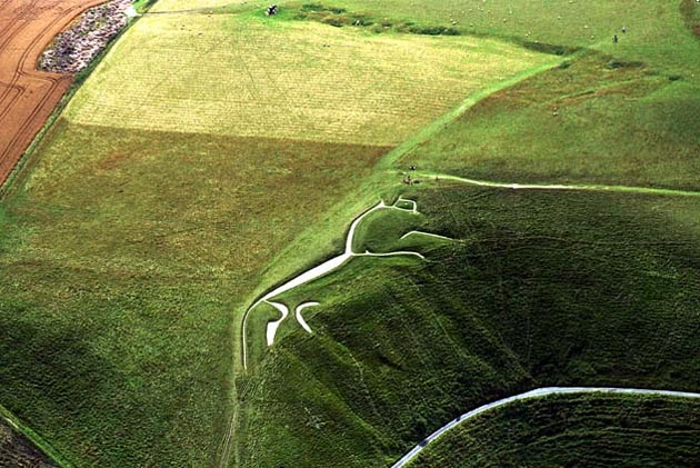 Bijeli konj kod Uffingtona je najdotjeraniji i najzagonetniji lik od krede. U 18. Stoljeću smatrali su ga anglosaksonskim spomenikom pobjede, a kasnije su ga povezali sa likom keltskog božanstva koje se pojavljivalo u liku konja. Dokazi upućuju da je ovaj lik star između između 2100 i 2600 godina.