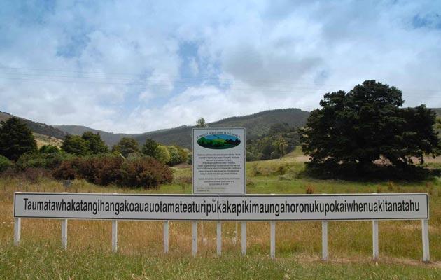 Taumatawhakatangihangakoauauotamateapokaiwhenuakitanatahu (Novi Zeland) je najduži naziv za neko mjesto (sadrži 85 slova), a ima i svoju dužu verziju od 92 slova koja se nalazi u Ginisovoj knjizi rekorda