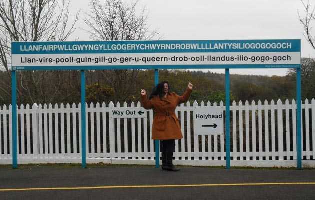 Llanfairpwllgwyngyllgogerychwyrndrobwyllllantysiliogogogoch je selo sa najdužim imenom sa vijetu. Nalazi se u Walesu, i da – ima četiri slova l zaredom.