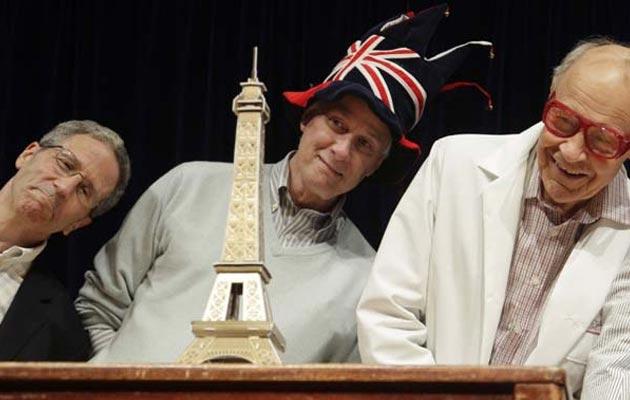 """Anita Eerland, Rolf Zwaan i Tulio Guadalupe, su 2012. godine dobili Ig Nobelovu nagradu za svoju studiju nazvanu: """"Naginjanje ulijevo čini da Eiffelov toranj izgleda manji""""."""